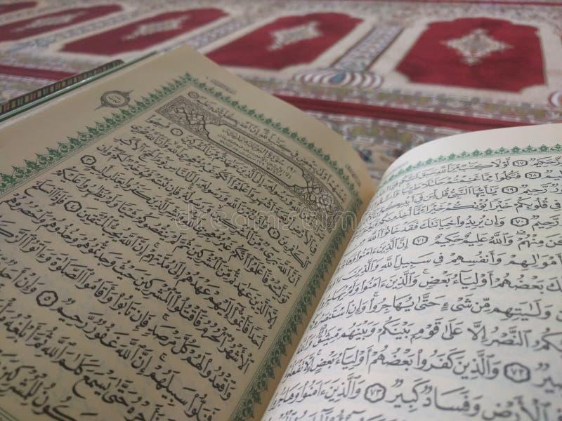 Święty koran w Angielskim i Arabskim na pięknym wzorze Projektował dywanika obrazy stock
