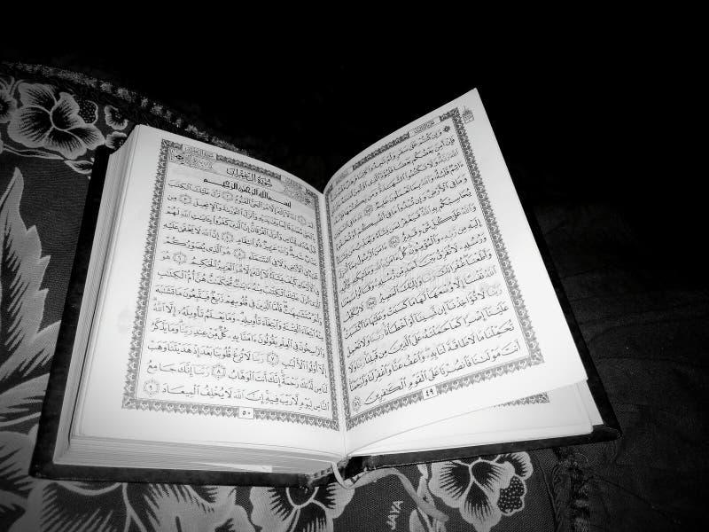 Święty koran w czarny i biały zdjęcie royalty free