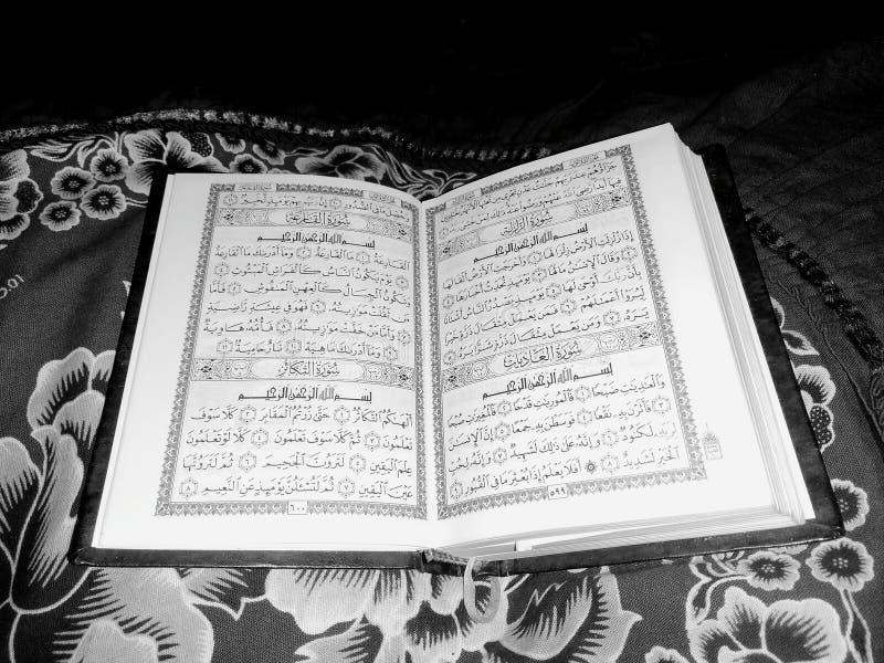 Święty koran w czarny i biały obraz stock