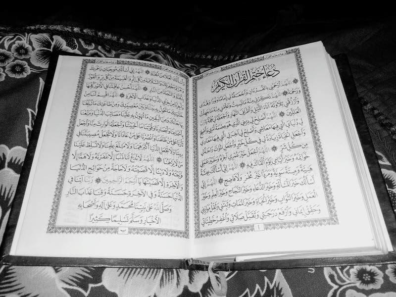 Święty koran w czarny i biały obrazy stock