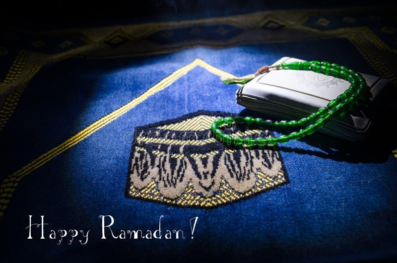 Święty koran z koralikami na modlitewnej macie, Muzułmański Tasbih jest sznurkiem muzułmanami którym wraz z tradycjonalnie używa  obrazy royalty free