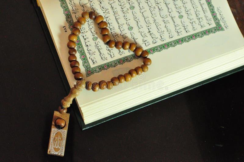 Święty koran z tasbih, różana koralikami/ obraz stock