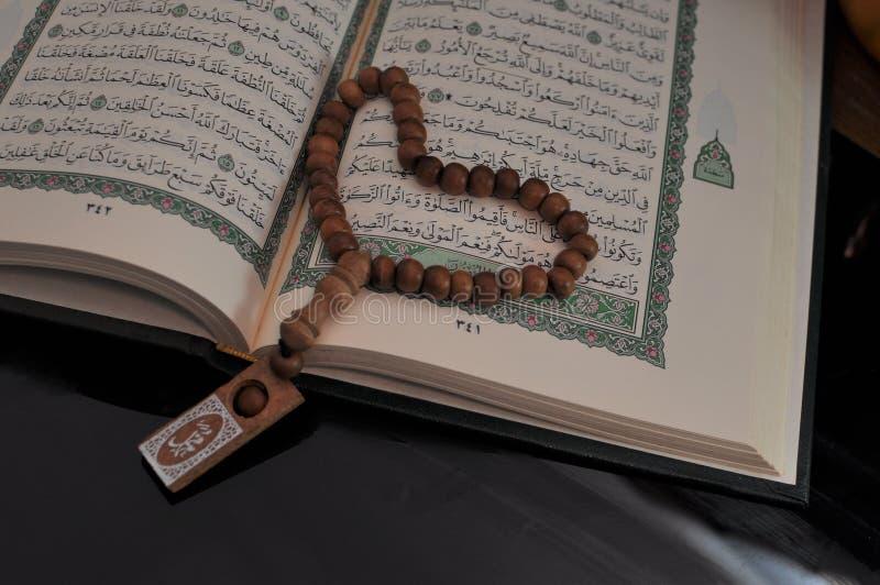 Święty koran z tasbih, różana koralikami/ obraz royalty free