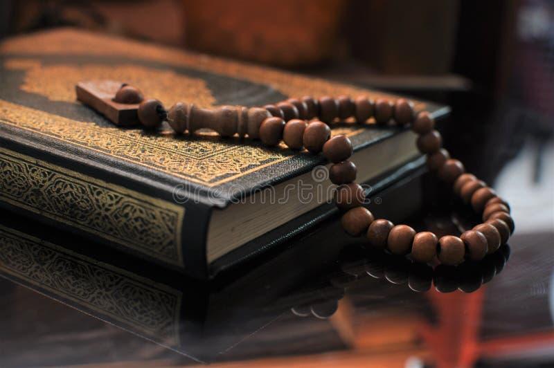 Święty koran z tasbih, różana koralikami/ fotografia royalty free