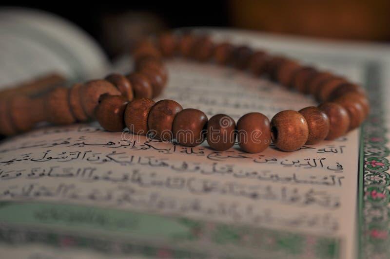 Święty koran z tasbih, różana koralikami/ zdjęcie royalty free