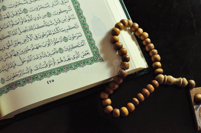 Święty koran z tasbih, różana koralikami/ obrazy royalty free