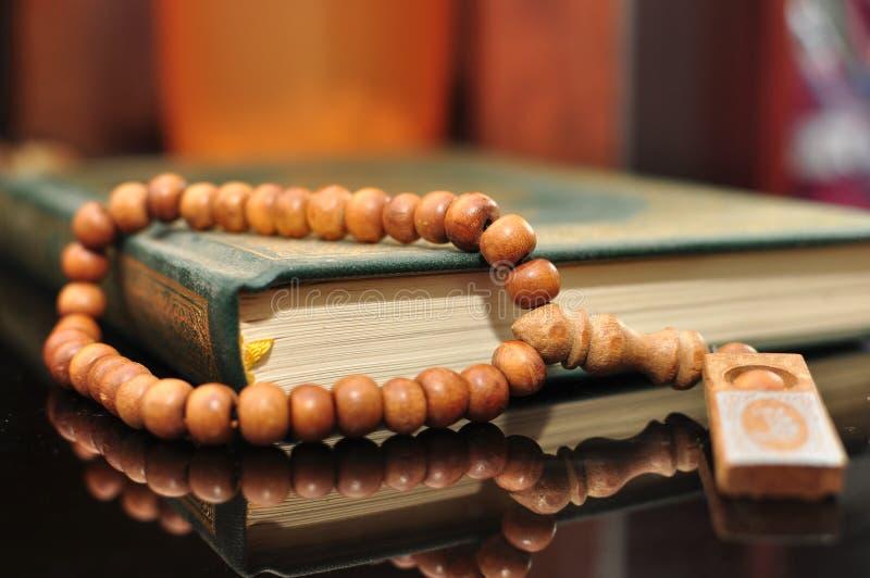 Święty koran z tasbih, różana koralikami/ zdjęcia royalty free