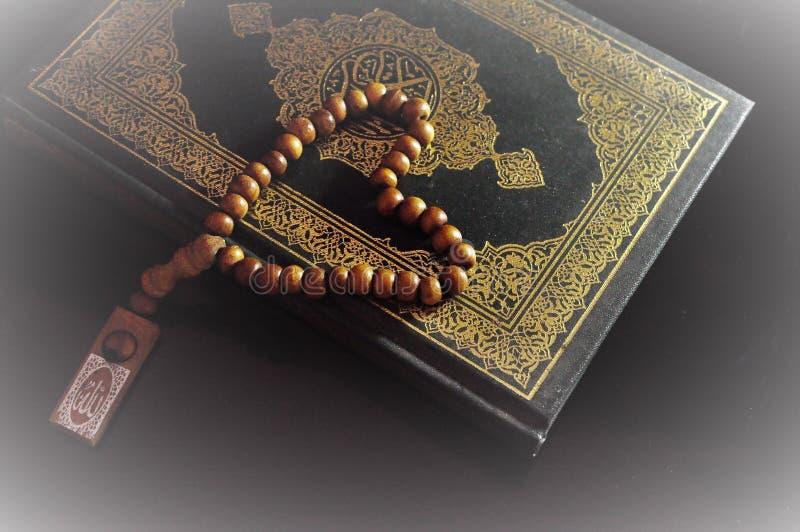 Święty koran z tasbih, różana koralikami/ fotografia stock