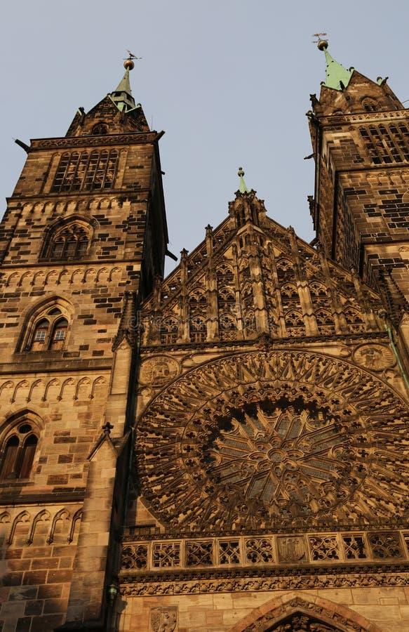 Święty Lorenz jest średniowiecznym kościół miasto Nuremberg wewnątrz w ten sposób obraz royalty free