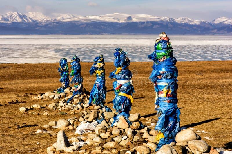 Święty miejsce z obo Zima krajobraz Mongolia Jeziorny Khubsugul i góra obraz stock