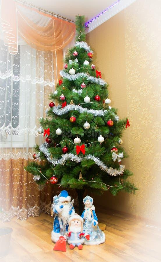 Święty Mikołaj, śnieżna dziewczyna i dobra dziewczyna z Bożenarodzeniowym tre fotografia royalty free