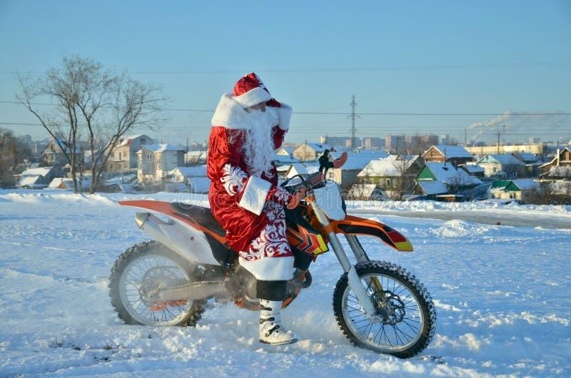 Święty Mikołaj astride na motocross rowerze obraz royalty free