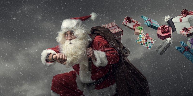 Święty Mikołaj bieg i dostarczać prezenty obraz stock