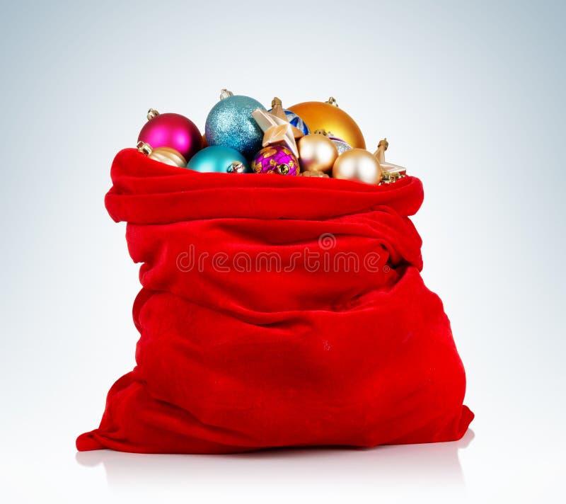 Święty Mikołaj czerwona torba z bożymi narodzeniami bawi się na tle zdjęcia royalty free