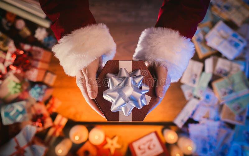 Święty Mikołaj Daje Bożenarodzeniowej teraźniejszości zdjęcia royalty free