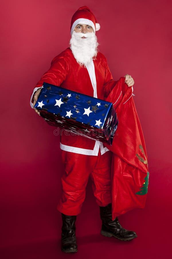 Święty Mikołaj daje daleko od teraźniejszość od jego prezent torby zdjęcie royalty free