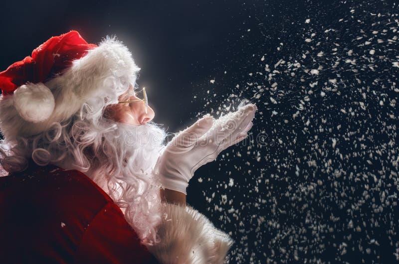 Święty Mikołaj dmucha śnieg zdjęcie stock