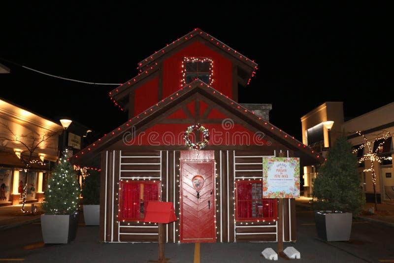 Święty Mikołaj dom, światła i dekoracje przy Dix30 zakupy centrum handlowym Brossard, obraz royalty free