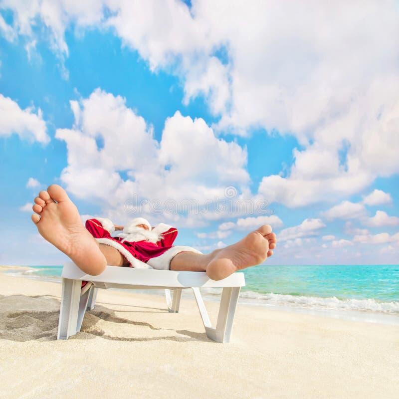 Święty Mikołaj e odpoczynek w bryczki longue na morze plaży obraz royalty free