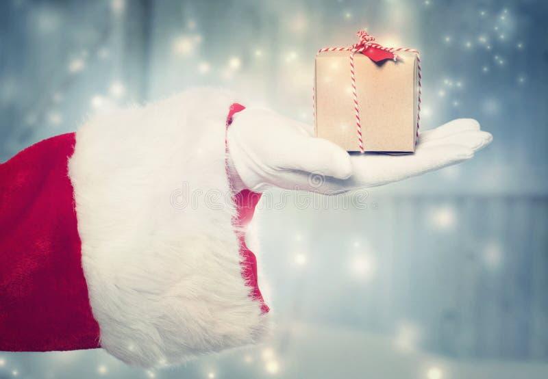 Święty Mikołaj holidng mała Bożenarodzeniowa teraźniejszość zdjęcia stock