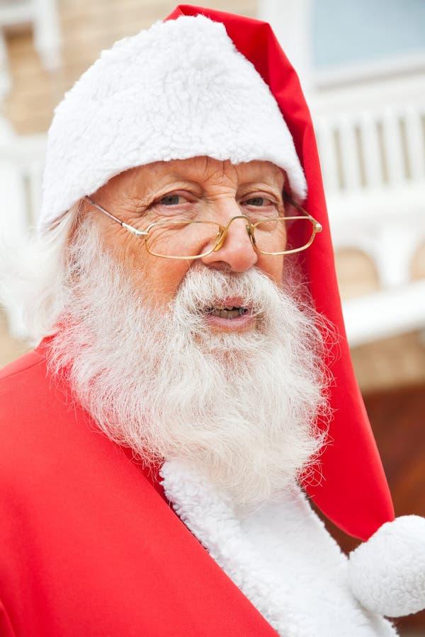 Święty Mikołaj Jest ubranym szkła Outdoors zdjęcie stock