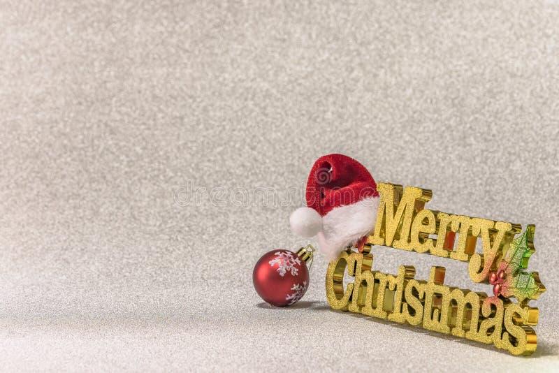 Święty Mikołaj kapelusz stawia dalej złotego słowa Wesoło boże narodzenia z Chri obrazy royalty free