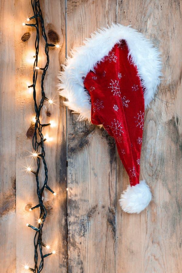 Święty Mikołaj kapelusz wieszający na drewnianej ścianie zdjęcie royalty free