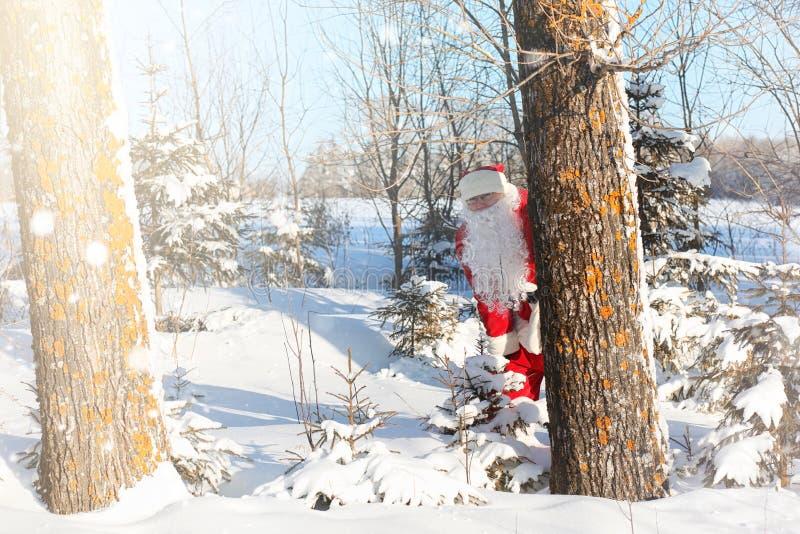 Święty Mikołaj komes z prezentami od plenerowego Santa w czerwieni su fotografia stock