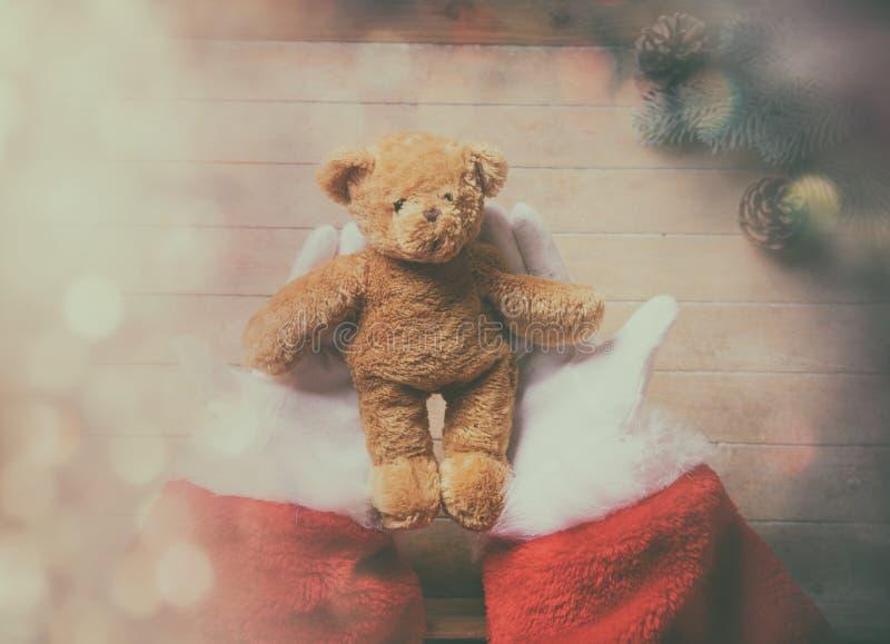 Święty Mikołaj mienia misia zabawka zdjęcie royalty free