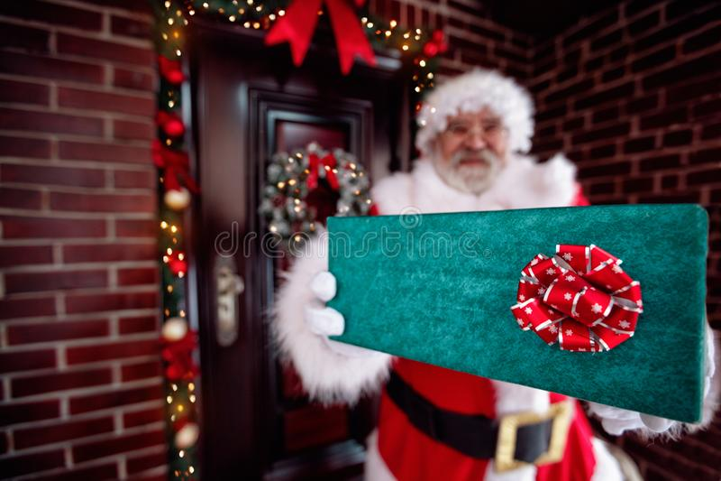 Święty Mikołaj mienia prezenta pudełko, Święty Mikołaj gloved ręki trzyma g obrazy royalty free