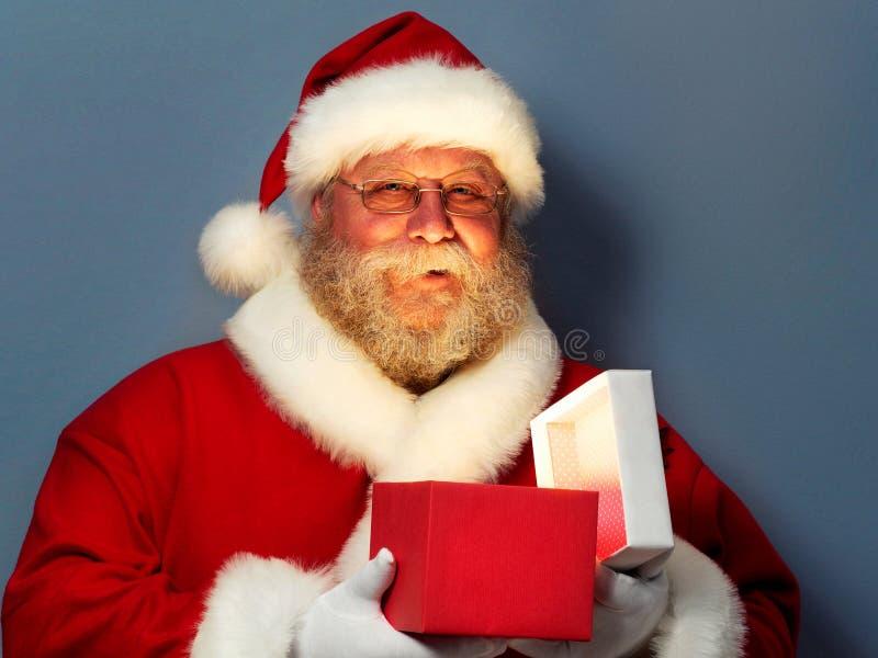 Święty Mikołaj mienia prezenta rozpieczętowany pudełko fotografia royalty free