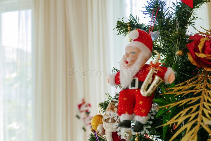 Święty Mikołaj miniatury model na choinki niedalekim okno z copyspace dla rodziny, daje, sezon, boże narodzenia, wakacje, nowy obrazy stock