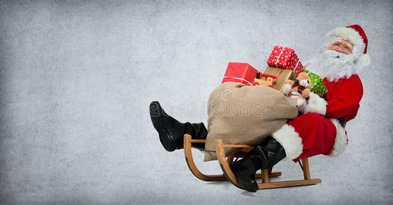 Święty Mikołaj na jego saneczki zdjęcie royalty free