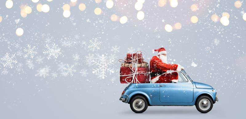 Święty Mikołaj na samochodzie obraz royalty free