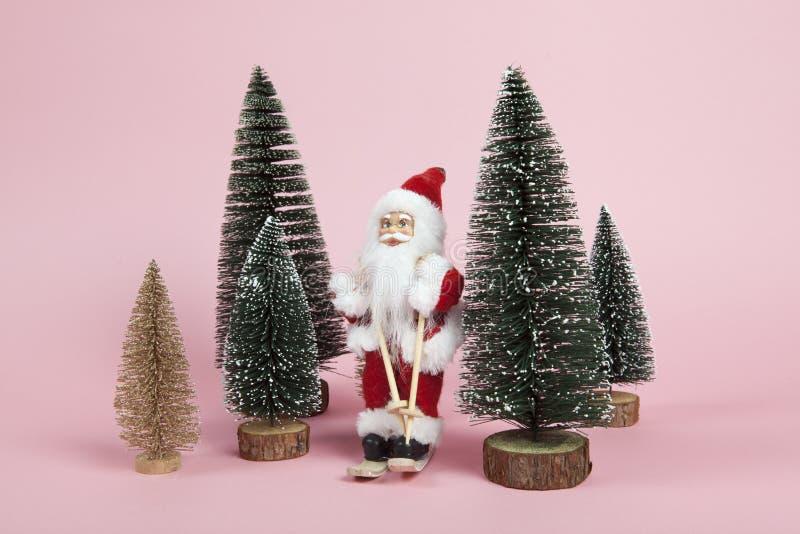 Święty Mikołaj narciarstwo na różowym tle zdjęcie royalty free