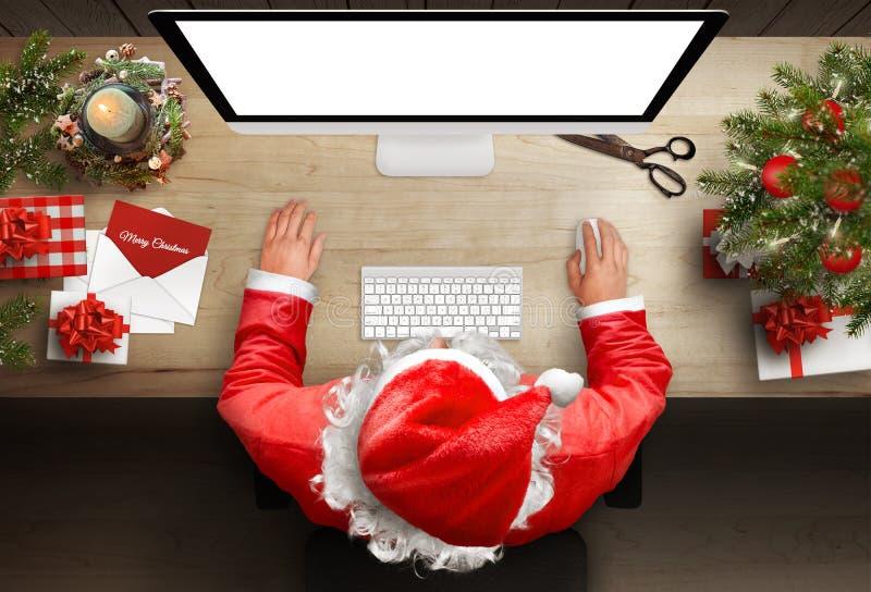 Święty Mikołaj odpowiada listy i kartka z pozdrowieniami przez emaila zdjęcia stock