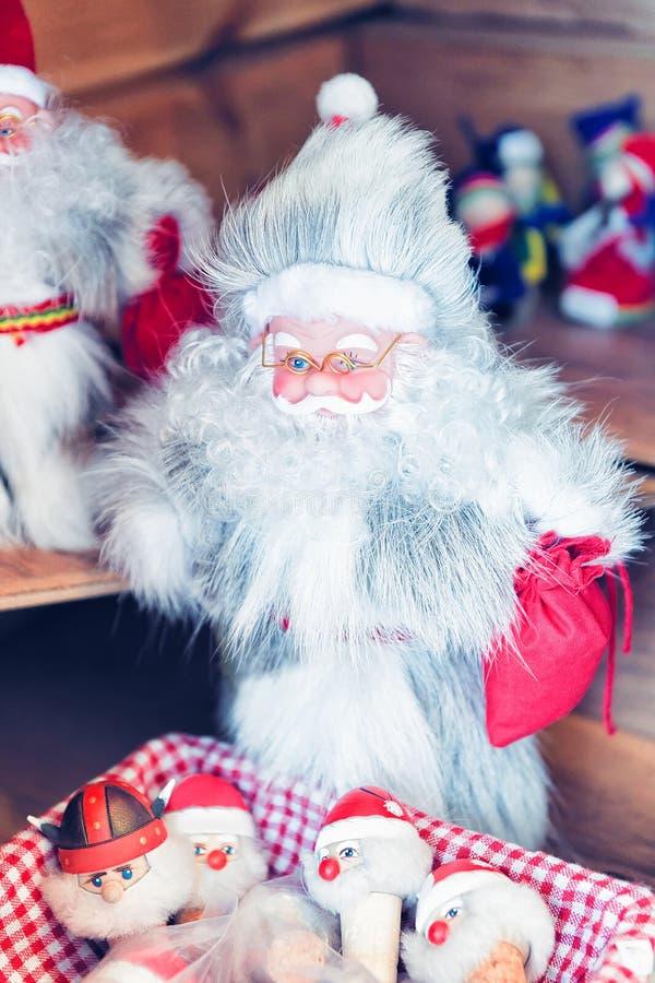 Święty Mikołaj pamiątki na boże narodzenie rynku w Rovaniemi Finlandia Lapland fotografia stock
