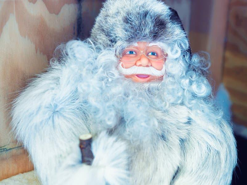 Święty Mikołaj pamiątki przy boże narodzenie rynkiem w Rovaniemi Finlandia Lapland obraz stock