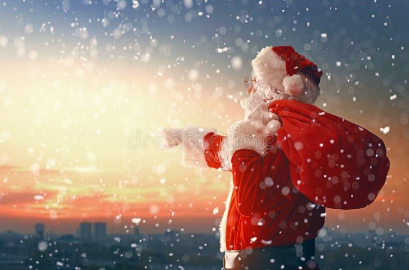 Święty Mikołaj patrzeje miasto zdjęcia royalty free