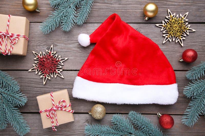 Święty Mikołaj prezenty na popielatym tle i Święta dekorują odznaczenie domowych świeżych pomysłów obrazy stock