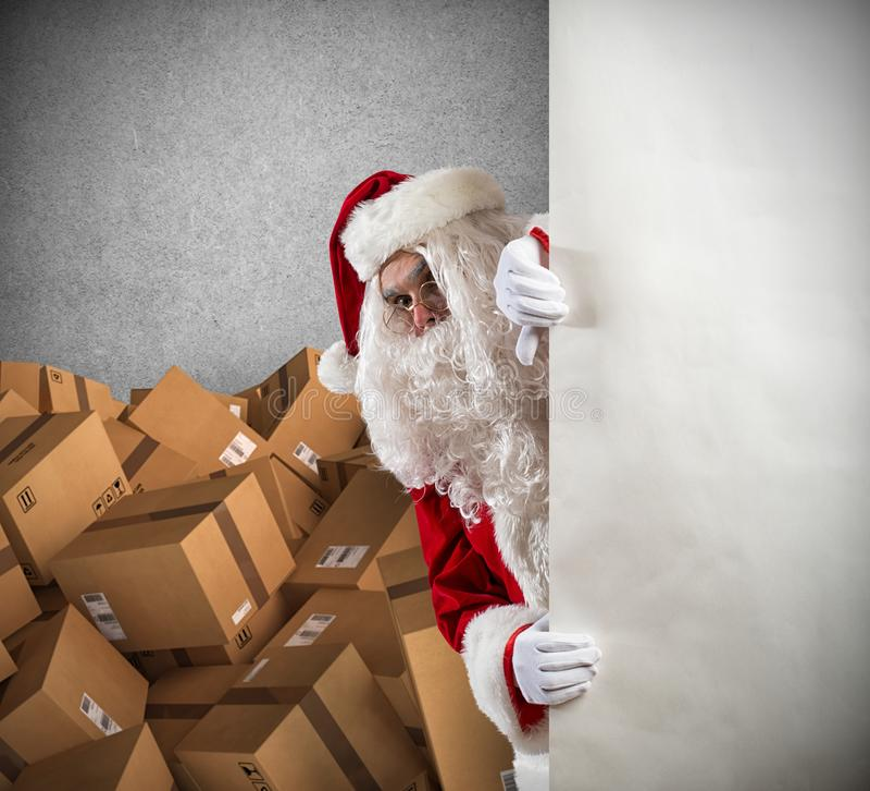 Święty Mikołaj przygotowywający dostarczać mnóstwo Bożenarodzeniowych teraźniejszość pakunek obraz stock