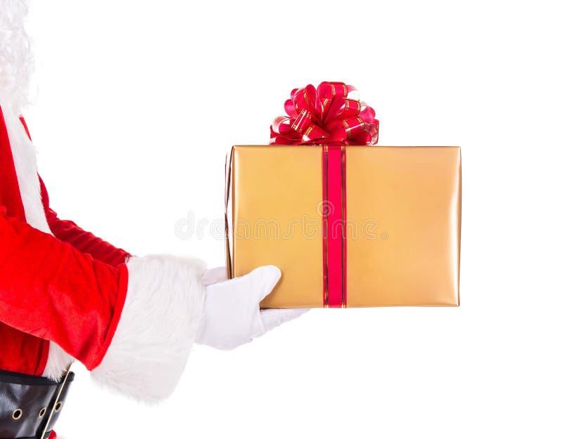 Święty Mikołaj ręki z prezenta pudełkiem odizolowywającym na białym tle obraz royalty free