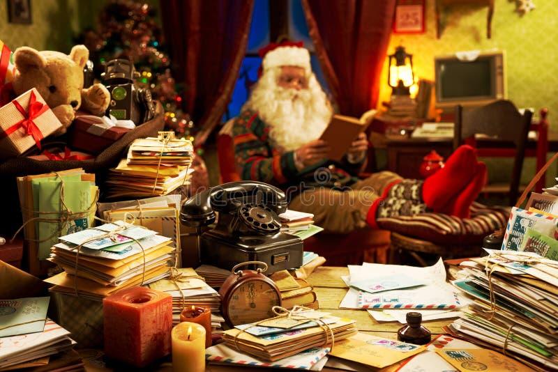 Święty Mikołaj relaksuje w domu obrazy royalty free