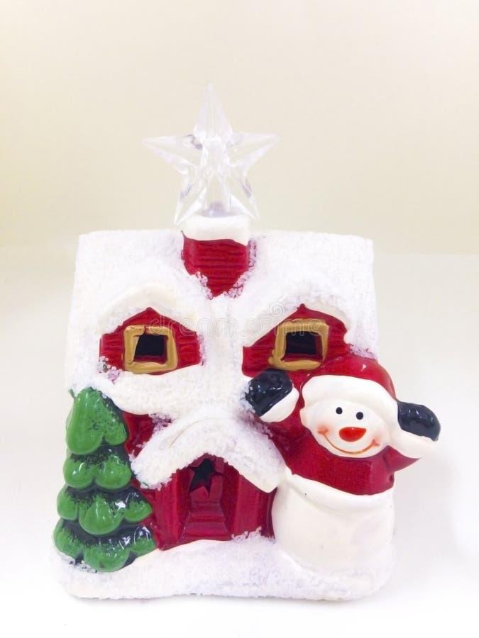 Święty Mikołaj ` s ceramiczny dom zakrywa z śniegiem, odizolowywającym na wh fotografia stock