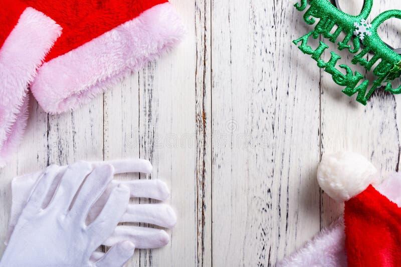 Święty Mikołaj szkła na białym drewnianym tle i suknia zdjęcie royalty free
