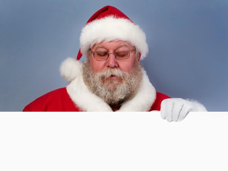 Święty Mikołaj trzyma białą deskę obrazy stock