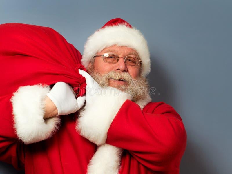 Święty Mikołaj trzyma torbę prezenty fotografia stock