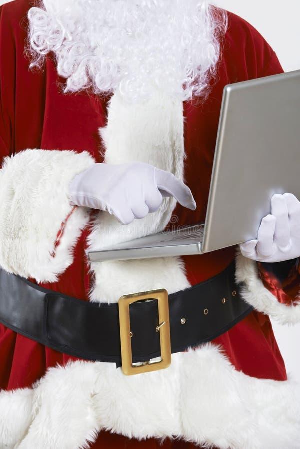 Święty Mikołaj Używa laptop Na Białym tle zdjęcie royalty free
