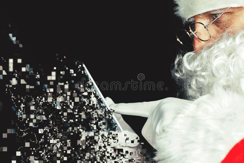 Święty Mikołaj używa telefon komórkowego przy Cristmas czasem obraz stock