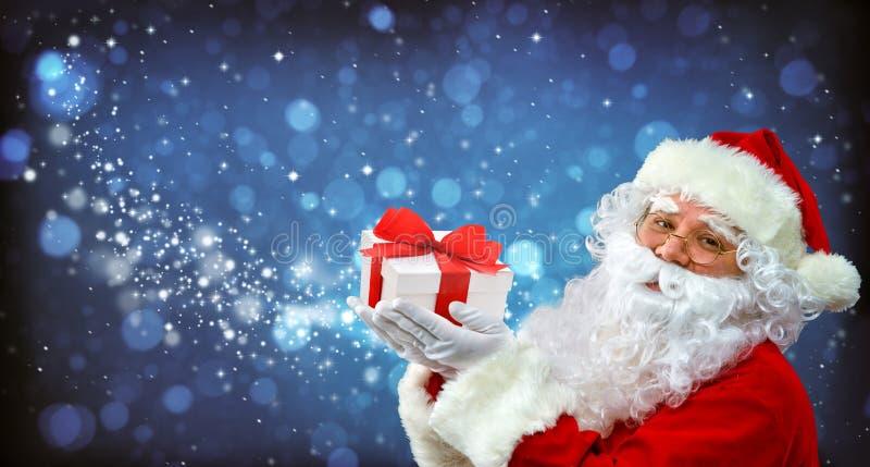 Święty Mikołaj z magii światłem w jego ręki zdjęcie royalty free